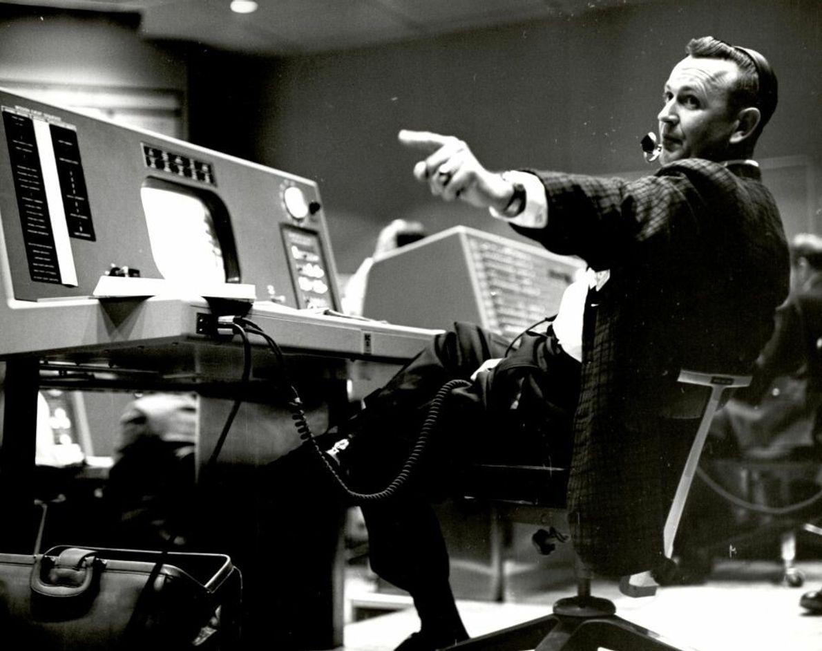 Christopher Kraft, der Flugdirektor beim Project Mercury, arbeitet an seiner Konsole im Flugkontrollbereich der Mercury Mission ...