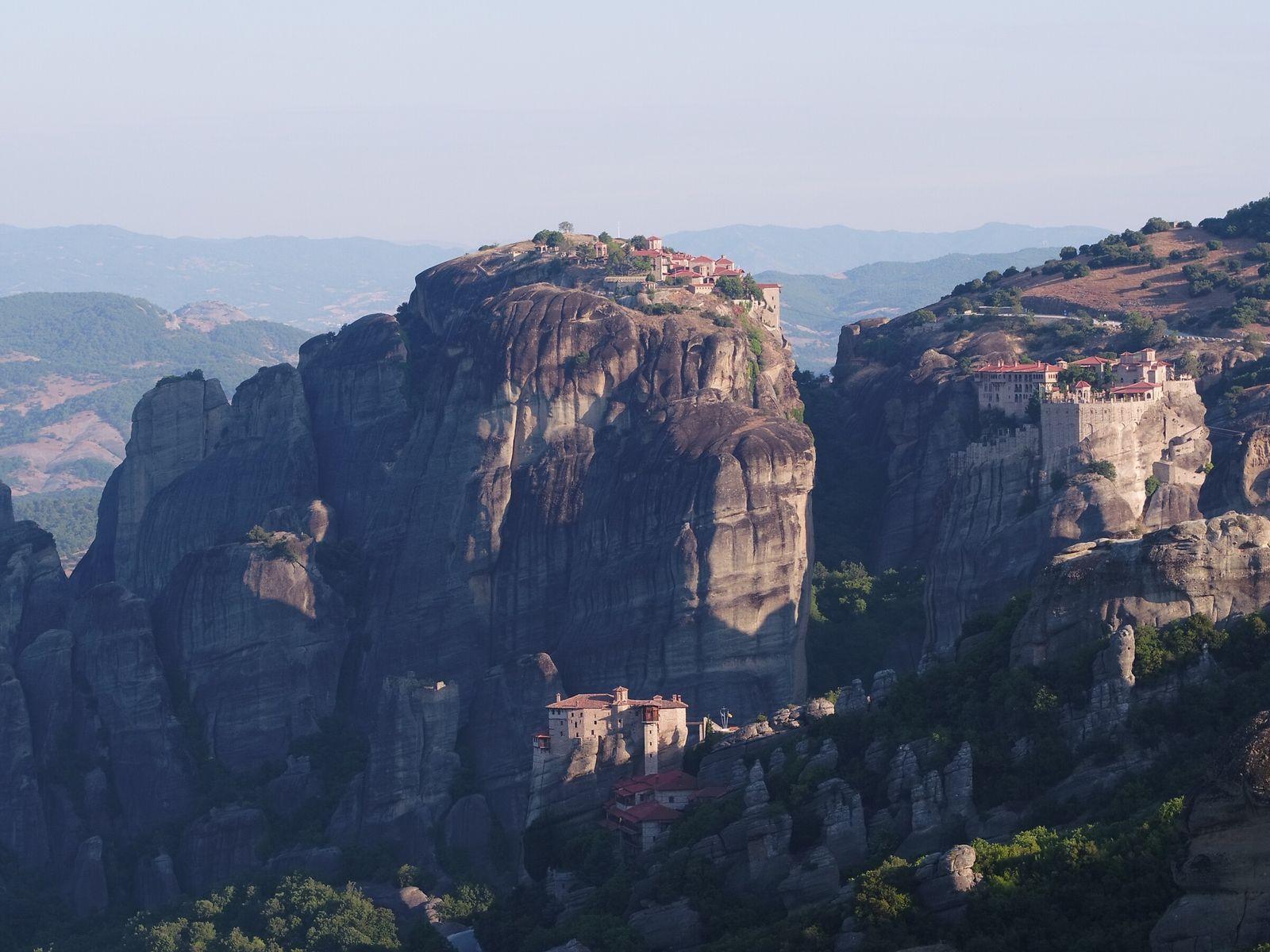 Griechenland: Die bemerkenswerteste Nutzung der besonderen Geologie von Meteora ist eine Reihe von Klöstern, die auf ...