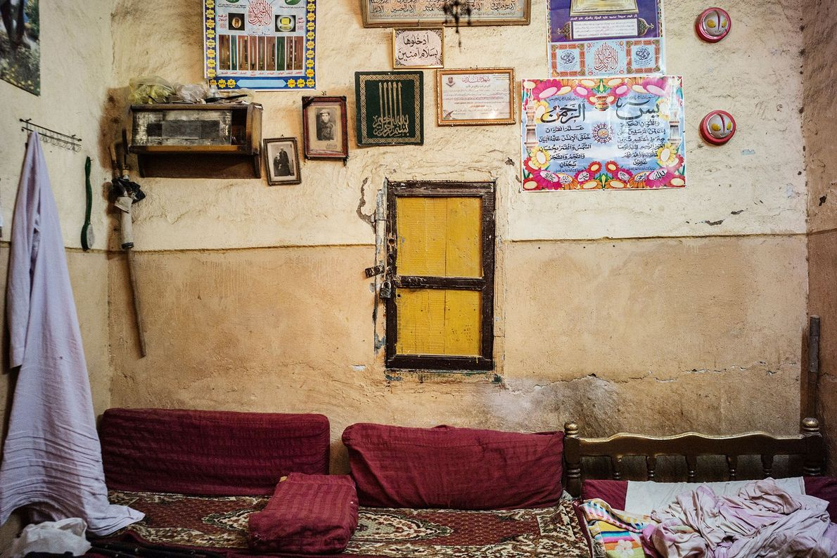 Hinter einer kleinen verschlossenen Tür im Haus von Sheikh Bastawi Muhammad befindet sich ein Buch über ...