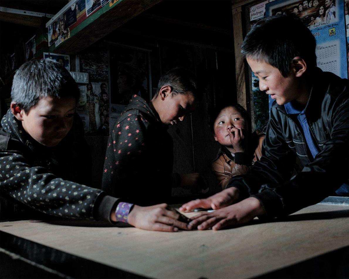Layas einziges Ladengeschäft ist auch einer der beliebtesten Treffpunkte der Stadt. Hier spielen Schulkinder ein Spiel ...