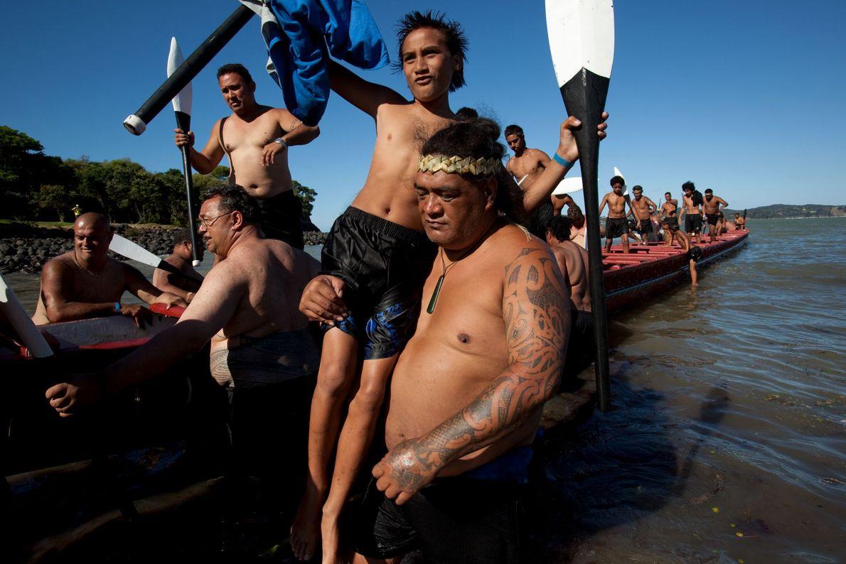 Ein Großvater hebt im neuseeländischen Waitangi seinen Enkelsohn aus einem traditionellen Kanu, dem ngātokimatawhaorua. 2010.
