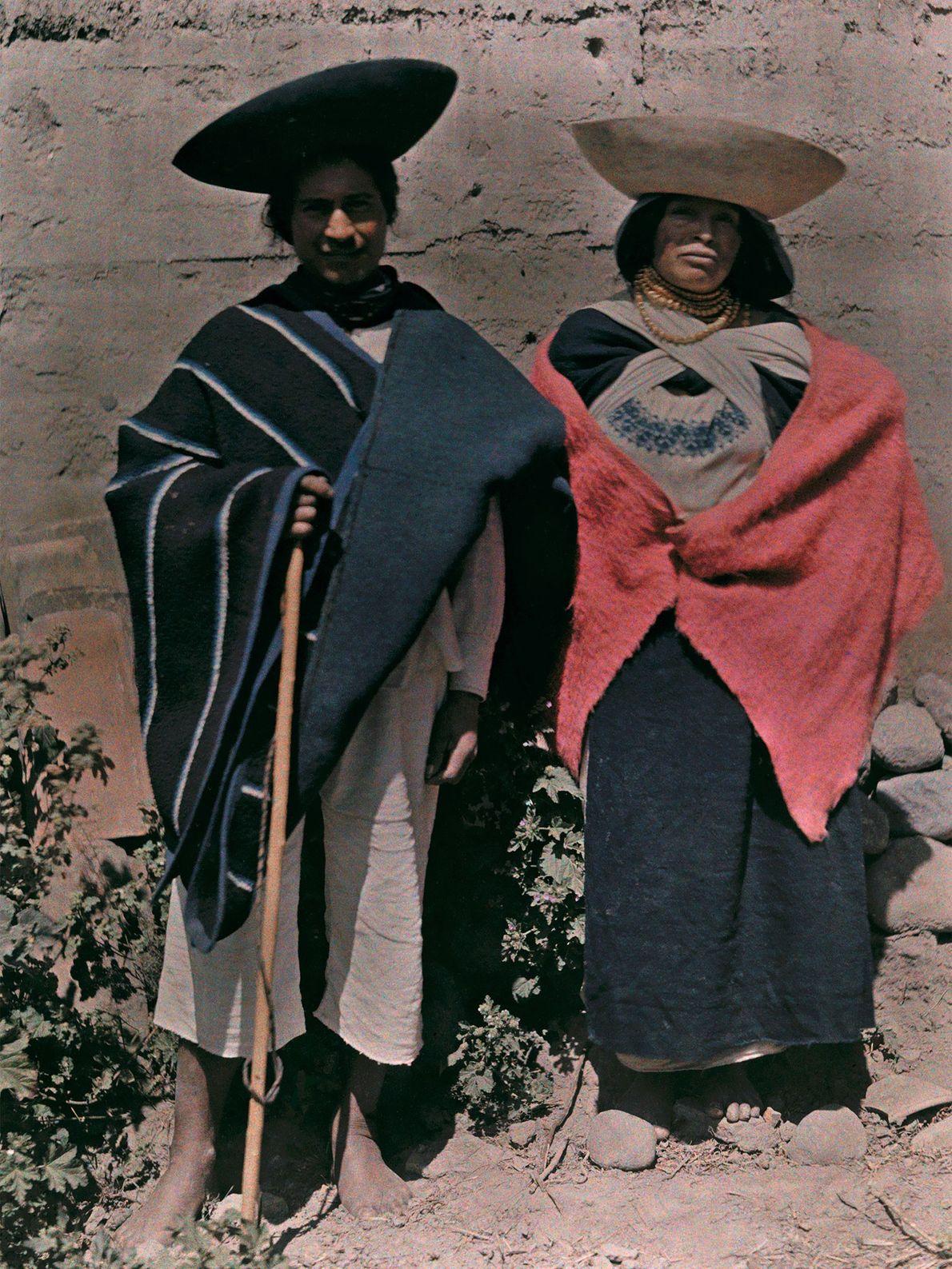Ein Mann und eine Frau aus Otavalo in Ecuador mit schalenförmigen Hüten.