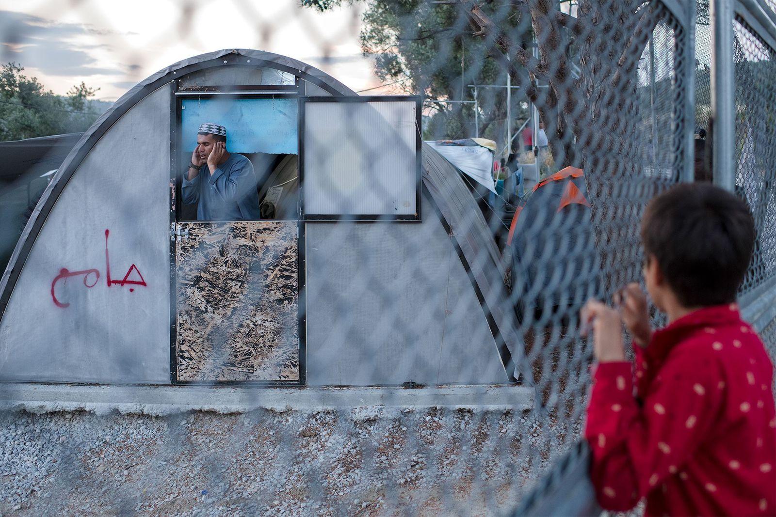 Das Flüchtlingslager Moria auf Lesbos ist so überfüllt, dass viele Menschen mittlerweile auch in einem provisorischen ...