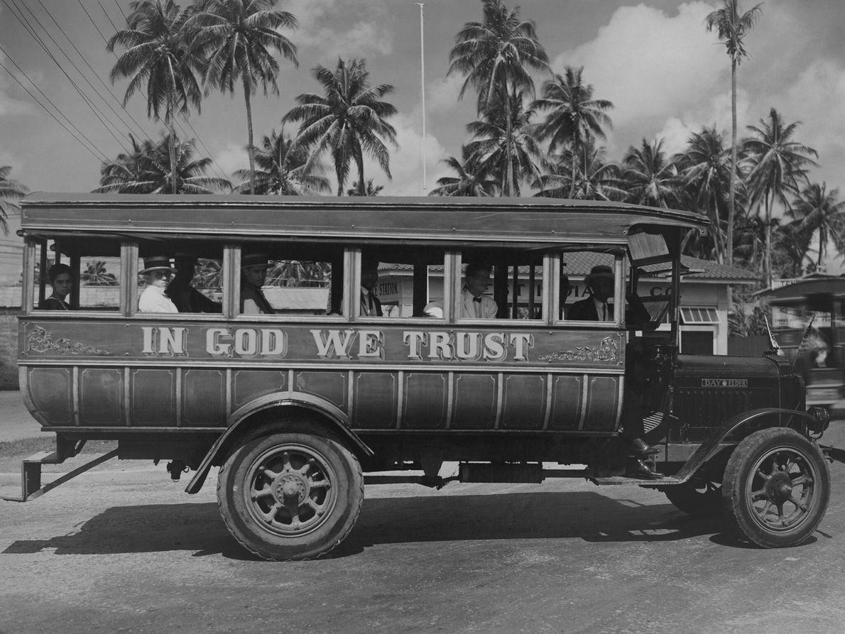 Puertoricaner fahren mit einem Bus in San Juan.
