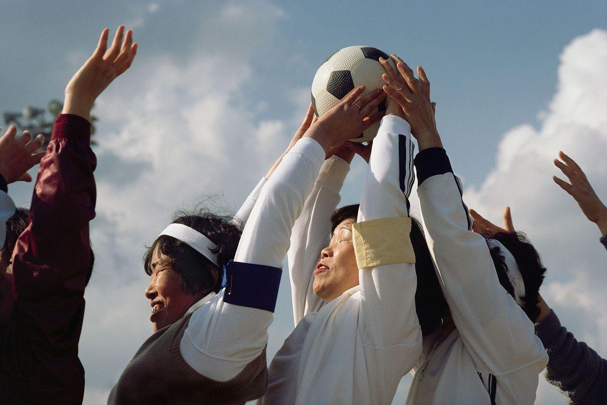 Frauen aus verschiedenen Sportvereinen treten bei einer jährlichen Sportveranstaltung auf der japanischen Insel Honshu gegeneinander an.