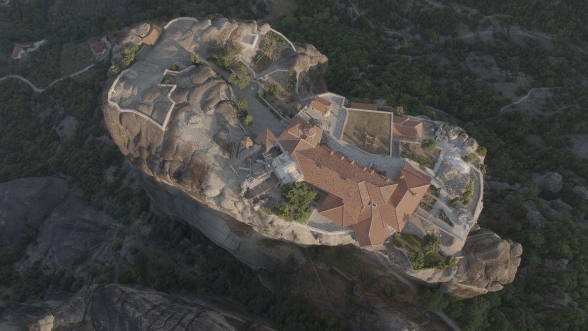 Griechenland: Von oben betrachtet offenbart sich der Grundriss der Meteora-Klosteranlagen, die im östlich-orthodoxen Stil gebaut wurden. ...