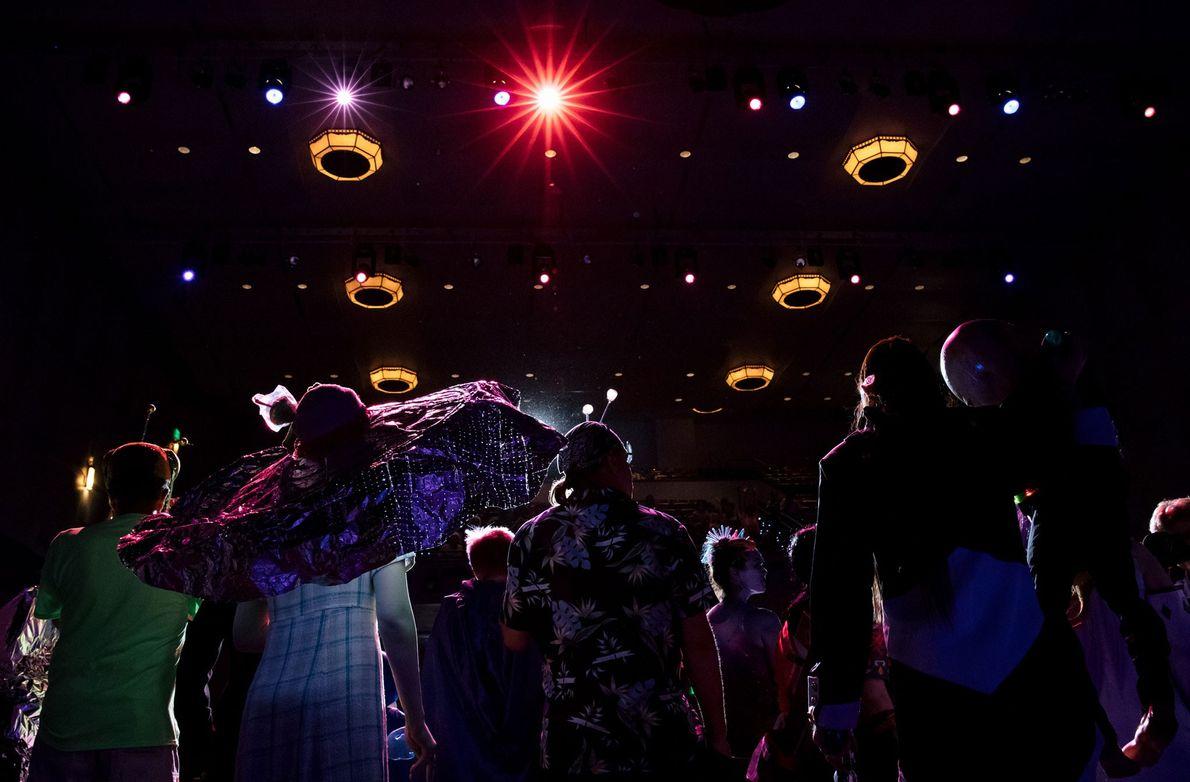 Beim Roswell UFO Festival in New Mexico präsentieren die Teilnehmer des Alienkostümwettbewerbs den Richtern ihre Kreationen. ...