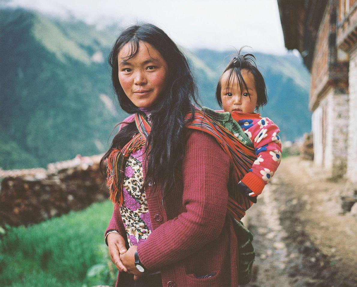 Eine Frau aus Laya trägt ihr Kind auf dem Rücken.