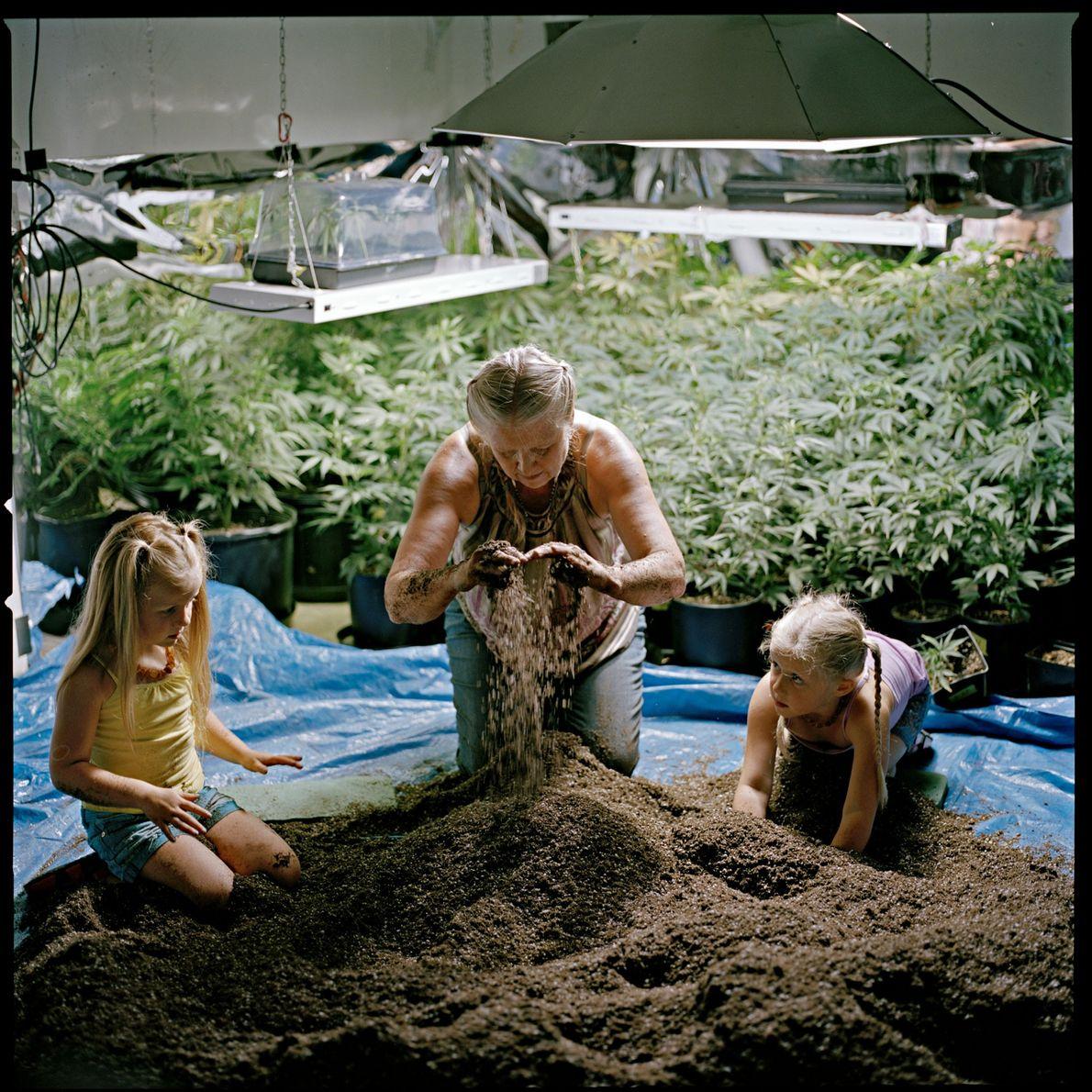 Mit Hilfe ihrer Enkelinnen bereitet eine Mutter die Erde für das Familienunternehmen im US-Bundesstaat Washington vor, ...