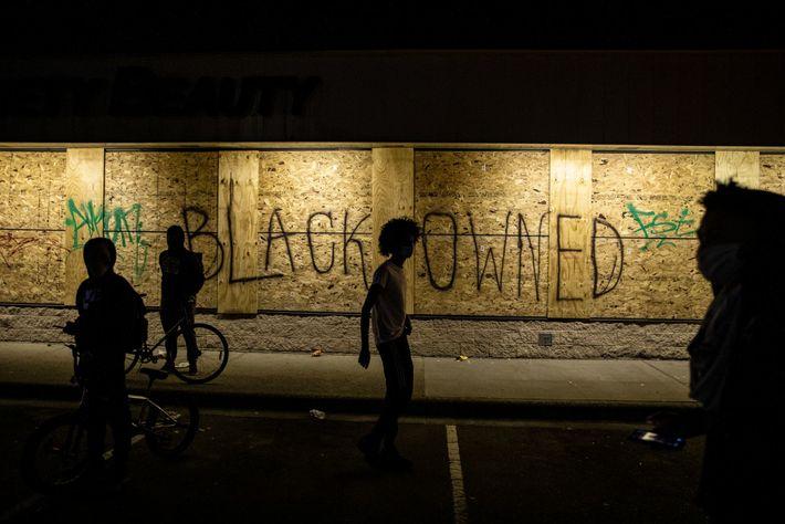 """Der Schriftzug """"Black Owned"""" (""""Im Besitz von Schwarzen"""") prangt auf den Brettern, mit denen ein Geschäft ..."""