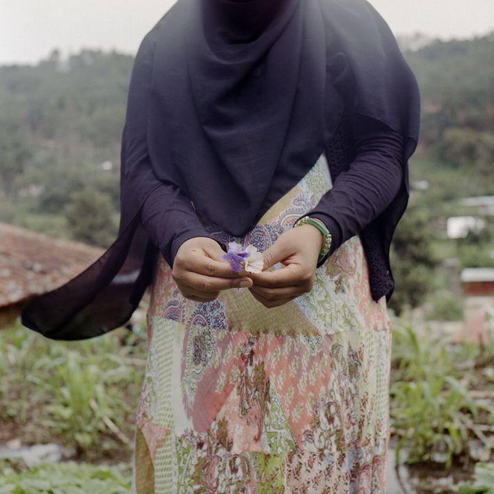 Frau hält Blume