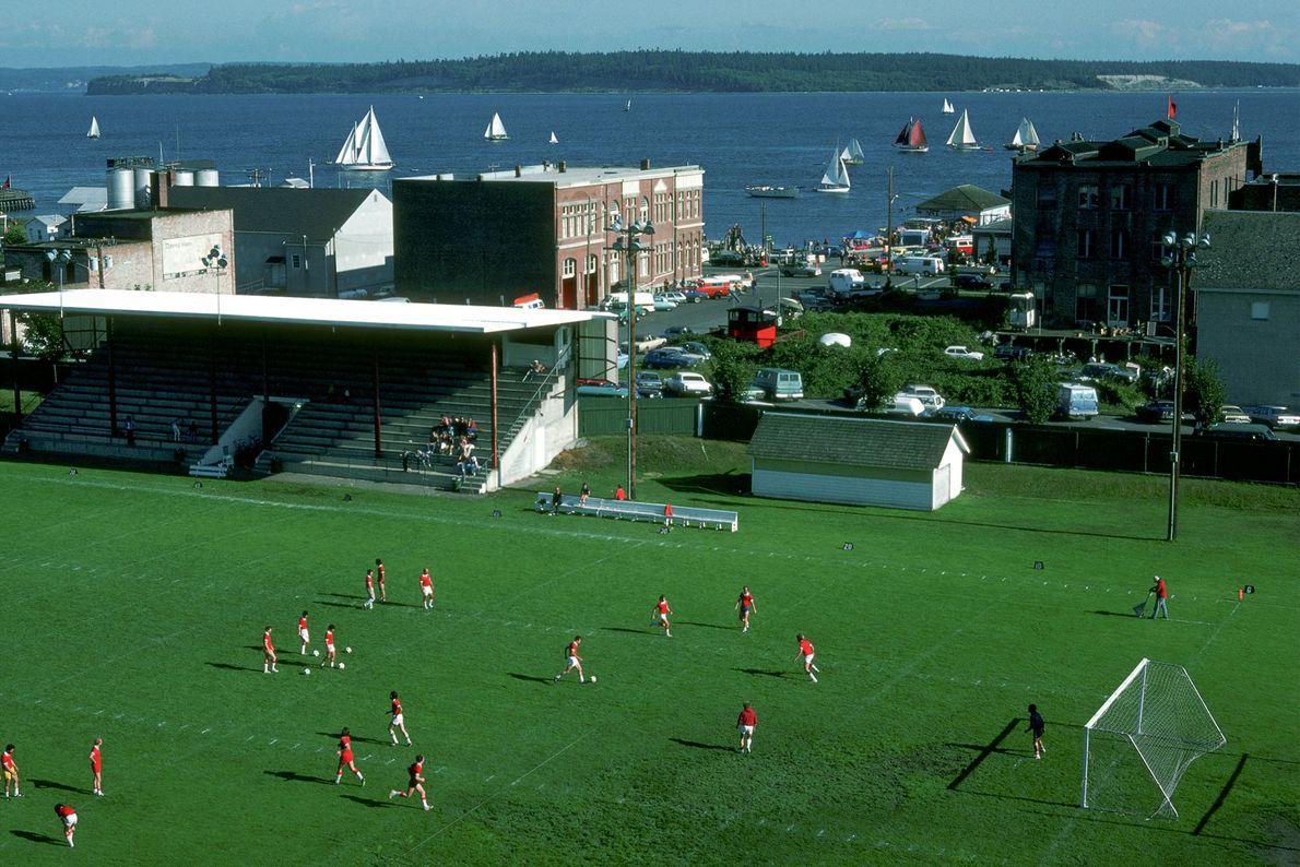 In Port Townsend im US-Bundesstaat Washington liefern sich Fußballfans während des Wooden Boat Festivals ein Spiel.