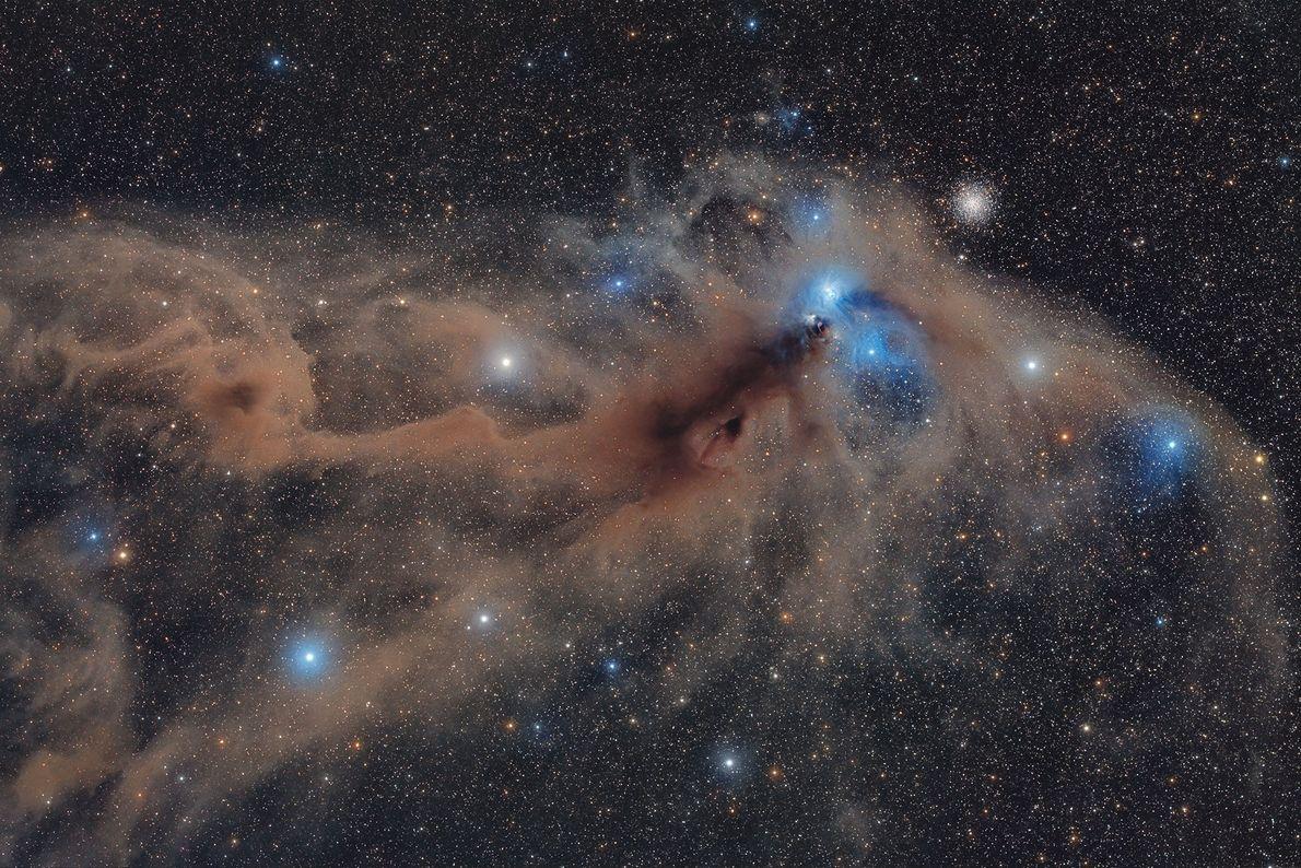 Auf dieser Langzeitbelichtungsaufnahme des Sternbilds Südliche Krone, die in Namibia entstand, sind verschiedene Nebel und andere ...