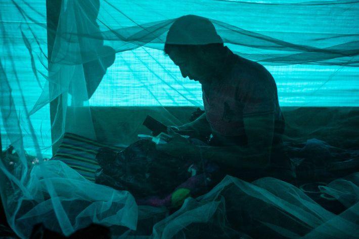 Jorge Blanco Escobar bereitet sein Equipment in seiner Baracke im Expeditionscamp vor. Escobar ist ein Bauer ...