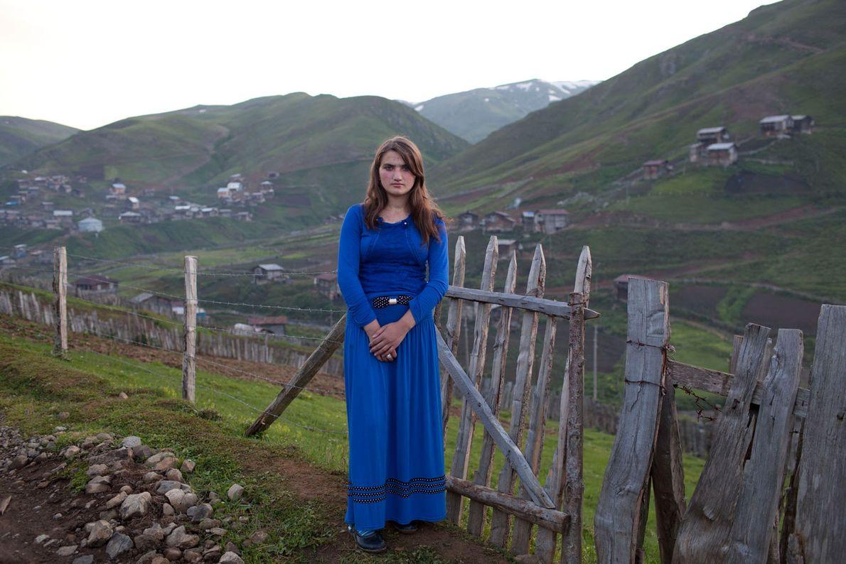 Foto eines 15-jährigen Mädchens in einem blauen Kleid