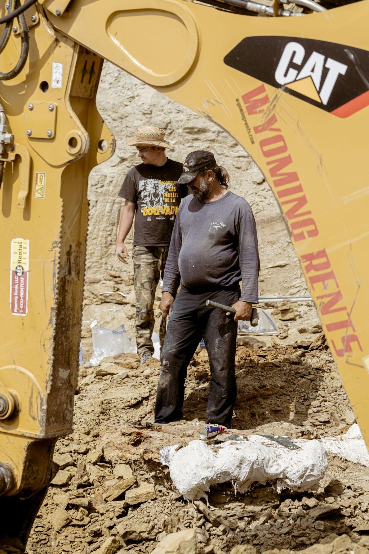 Trotz des schweren Geräts erfordert die Bergung der Gesteinsschicht noch viel Muskelkraft.
