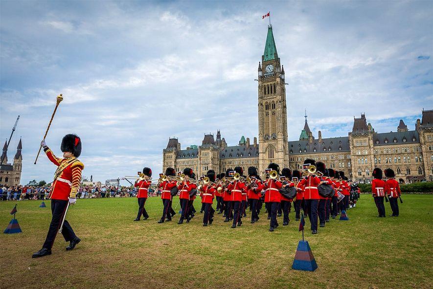 """Auf dem Parliament Hill findet im Sommer jeden Morgen die """"Changing of the Guard""""-Zeremonie statt."""
