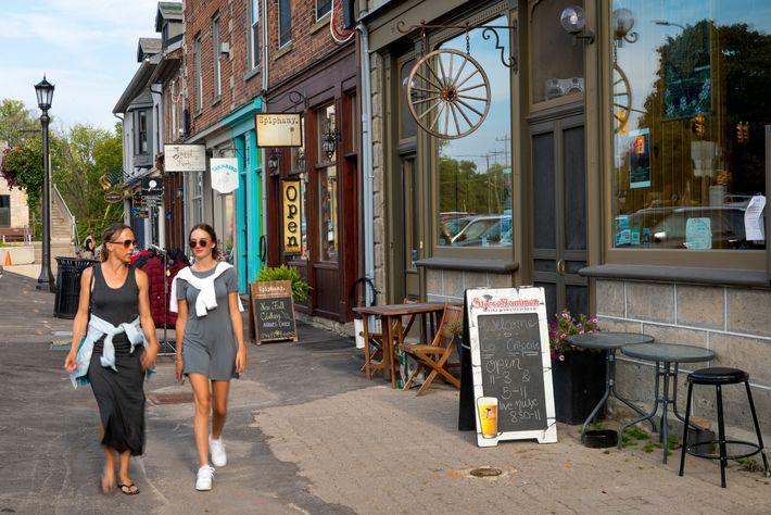 Die historischen Gassen in Eloras Innenstadt laden zu einem Schaufensterbummel durch die hübschen Läden und Galerien ...