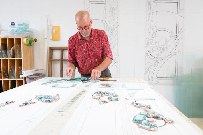 Neil Hanscomb, der Künstler und Eigentümer von Hanscomb Glass, fertigt in seinem Atelier schon seit 1983 ...