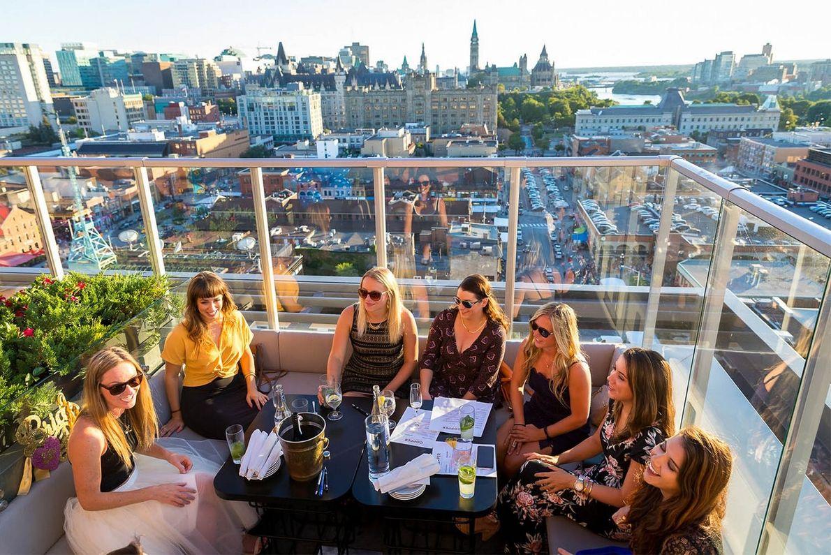 Im 16. Stockwerk des Hotels Andaz befindet sich Copper Spirits & Sights, die höchstgelegene Dachterassenbar der ...