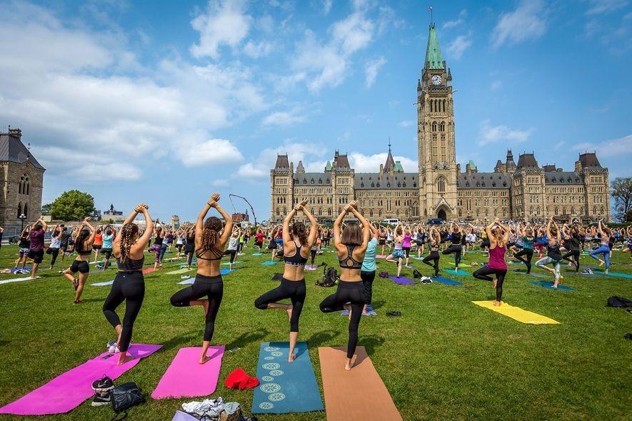 Im Sommer versammeln sich Sportbegeisterte für kostenlose Yogastunden auf dem Parliament Hill.
