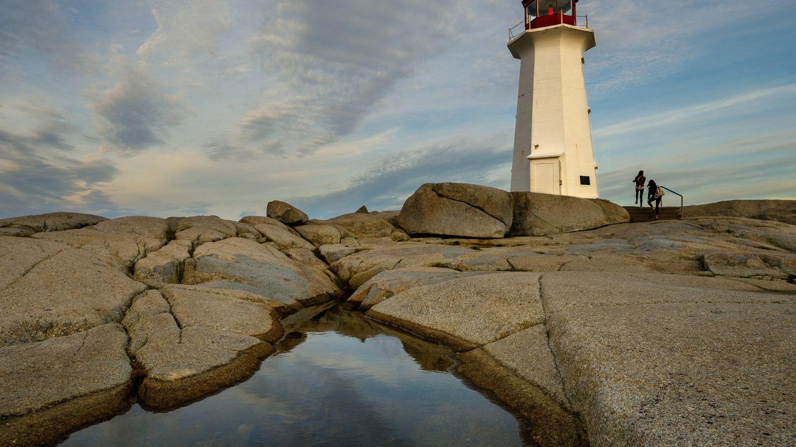 Bei Sonnenuntergang beginnt das gut sichtbare rote Licht des Leuchtturms in Peggy's Cove zu glühen.