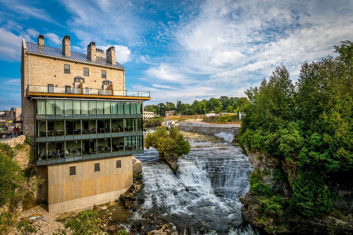 Die Getreidemühle von Elora ist seit 1832 der Mittelpunkt des kleinen Ortes. Die Mühle stellte vor ...