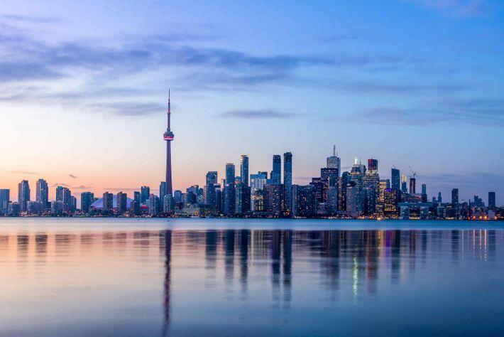 Blick auf den Ontariosee und die Skyline von Toronto.