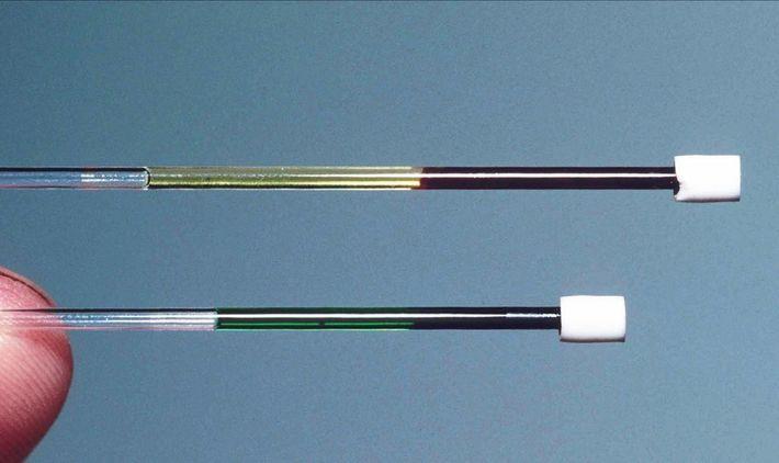 Das Blut der Eidechse (unten) im Vergleich mit rotem Blut (oben).
