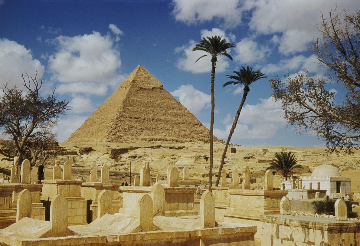 Von einem arabischen Friedhof aus ist eine der Pyramiden zu sehen.