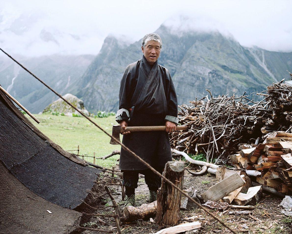 In seinem Sommerlager in der Nähe des Masangang-Gletschers bereitet Tshering Holz vor. Er weiß nicht, ob ...