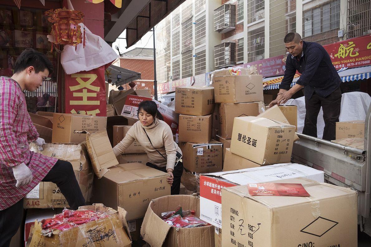 Menschen sortieren Pakete