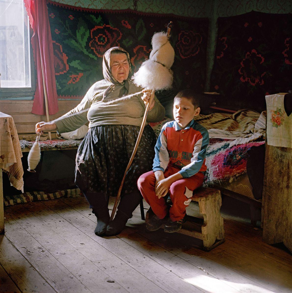 Im rumänischen Cornesti spinnt eine Großmutter Wolle, um Kleidung für ihre Familie herzustellen.