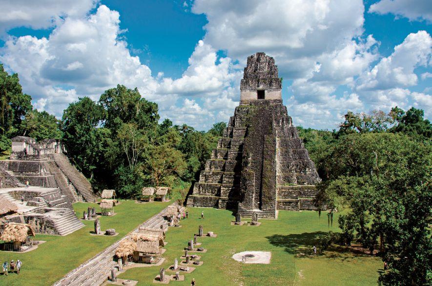 """Der Tempel """"Große Jaguartatze"""" ragt über den Hauptplatz der antiken Maya-Stadt Tikal in Guatemala empor."""