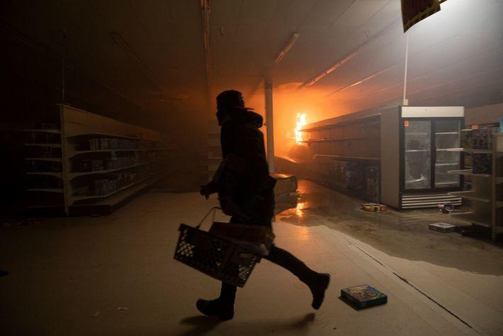Demonstranten plündern während der Demonstrationen ein Kaufhaus. Mehr als 200 Geschäfte in Minneapolis und dem Gebiet ...