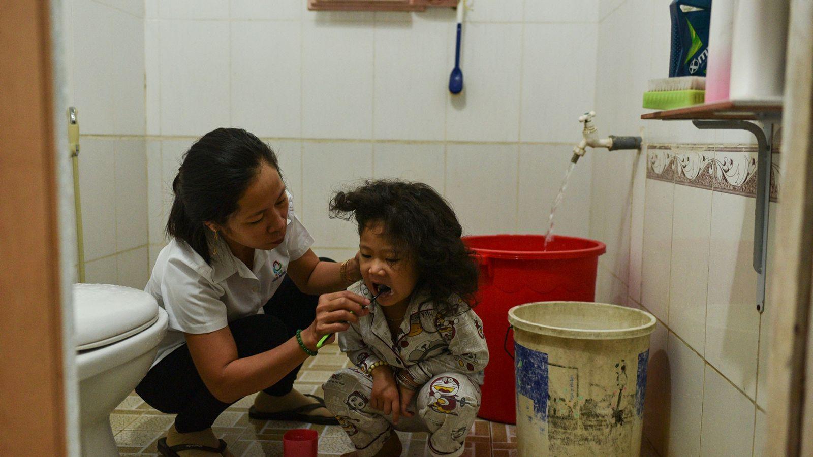 Mutter mit Kind beim Zähneputzen