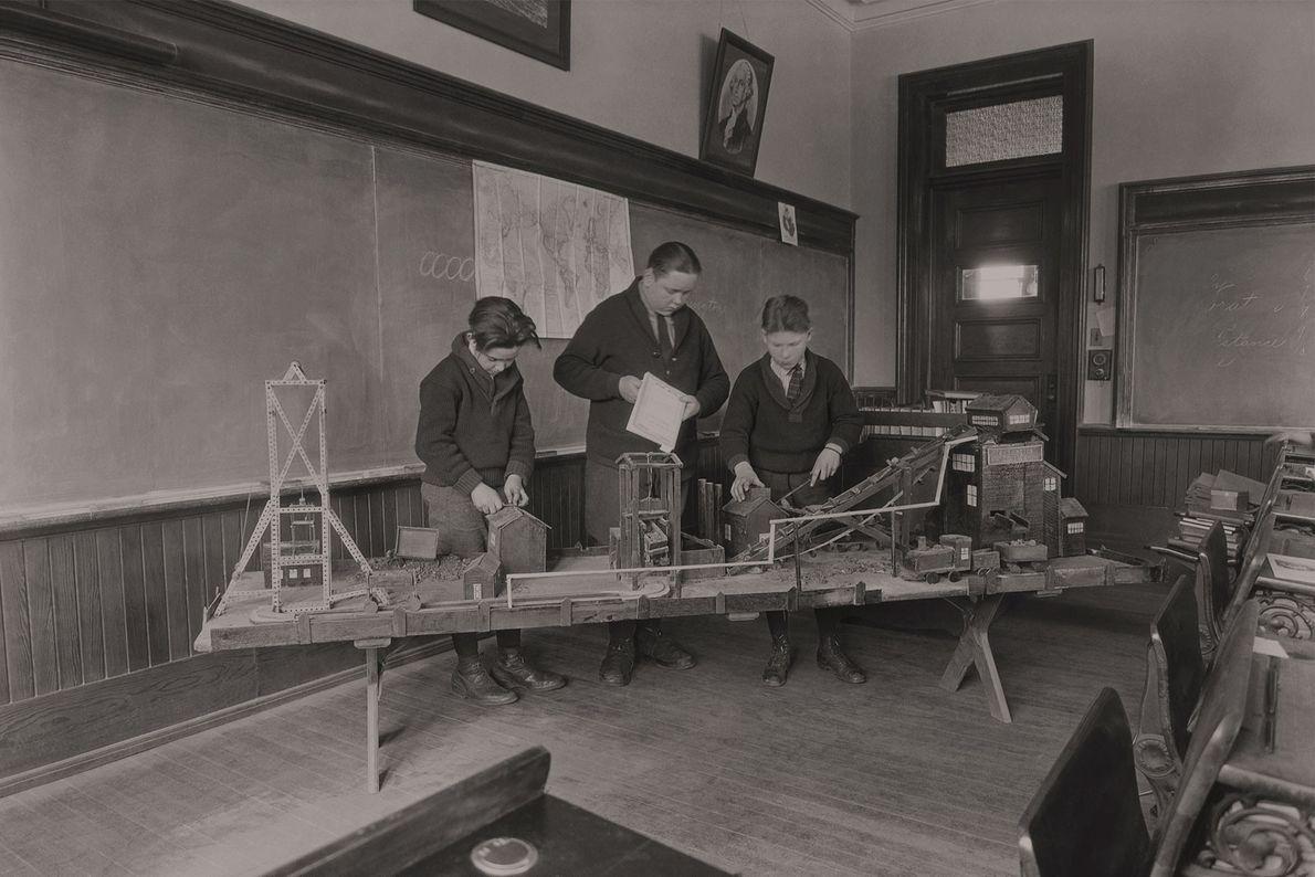 Drei Jungs sehen sich ein Miniaturmodell einer Kohlenmine an, die sich in Scranton im US-Bundesstaat Pennsylvania ...