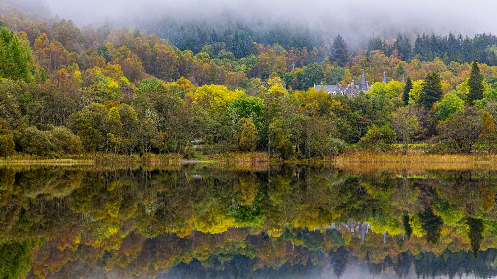 Das ruhige Wasser von Loch Achray macht den See für Angler und Fotografen gleichermaßen zu einem ...