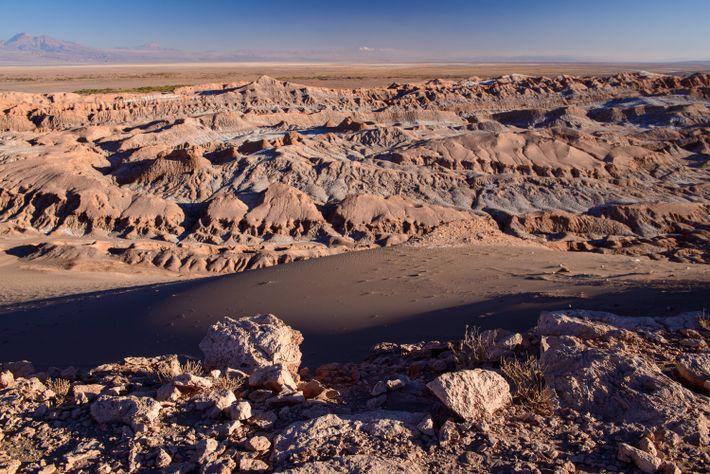 Die einzigartige Geologie des Tals des Mondes in der Atacama wird bei Sonnenuntergang noch eindrucksvoller, wenn ...