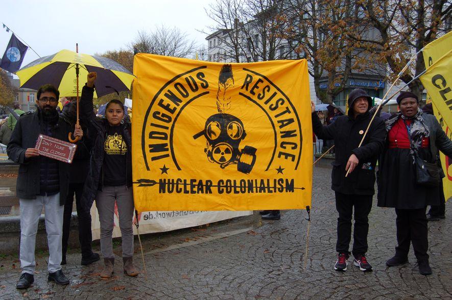 Fordern den weltweiten Atomausstieg: Leona Morgan aus New Mexico (Zweite v.l.), der Australier Marcus Atkinson (Zweiter v.r.) und ihre Mitstreiter aus Indien und Südafrika.