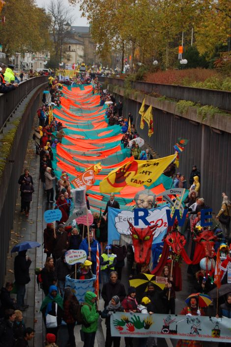 Völkermord am Weltklima: Auf einem riesigen Banner attackieren die Demonstranten US-Präsident Donald Trump