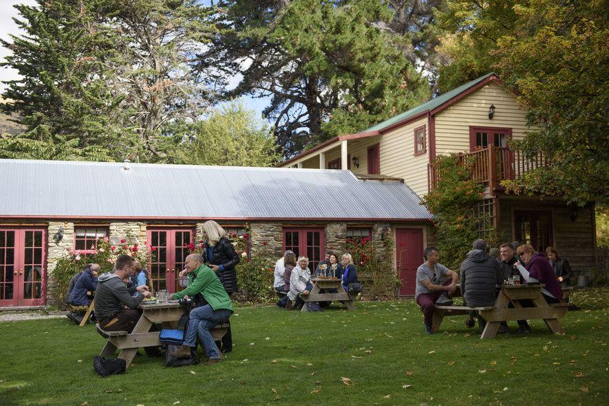 Auf Neuseelands Südinsel treffen sich Gäste im Cardrona Hotel. Das historische Gasthaus und Restaurant liegt an der Crown Range Road zwischen Queenstown und Wanaka.