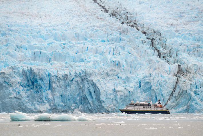 Die National Geographic Orion wirkt vor dem gewaltigen Garibaldi-Gletscher in Chiles südlichster Region Tierra del Fuego ...