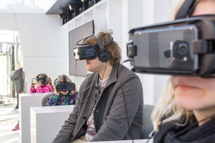Humanitäre Hilfe hautnah: Die Roadshow-Besucher können sich mit Hilfe von Virtual-Reality-Brillen ein besonderes Bild drei verschiedener ...