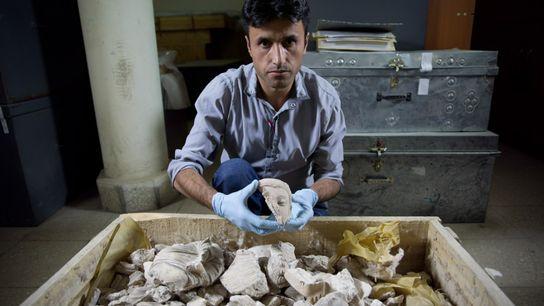 Kämpfer der Taliban plünderten 2001 das afghanische Nationalmuseum und zerschlugen den Buddha, dessen Überreste hier ein ...