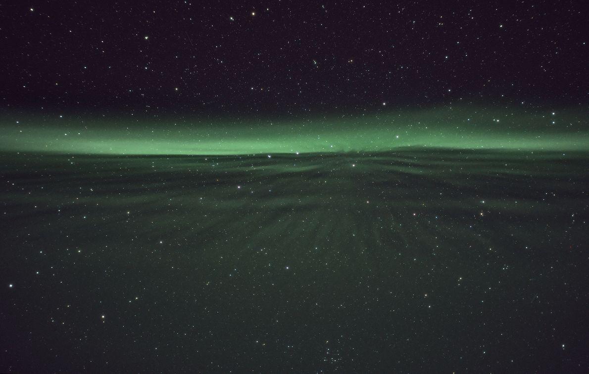 Ein Polarlicht flackert am Himmel über Sirkka in Finnland.