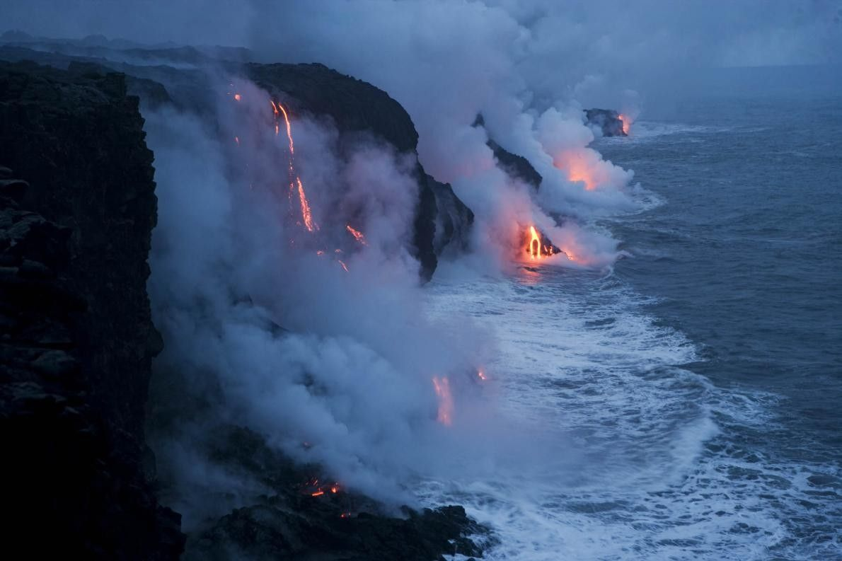 Lava fällt in den Ozean