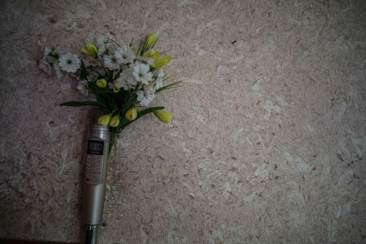Mikrofon und Blumendeko