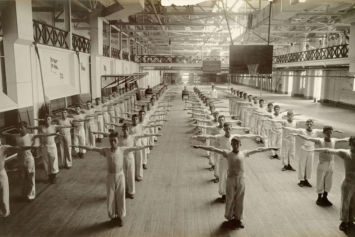 In einer Ausbildungsschule der Marine in Newport, Rhode Island, führen junge Männer im Ersten Weltkrieg Körperübungen ...