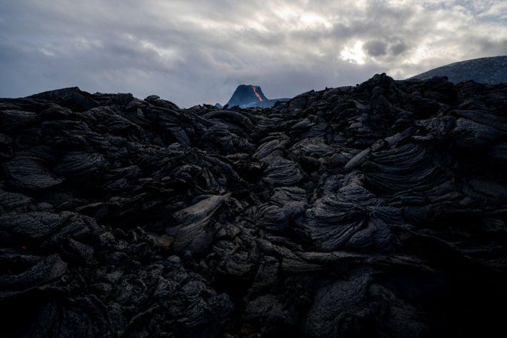 Als sie abkühlte, erstarrte die Lava in der Nähe des Vulkans Fagradalsfjall in welligen Schichten und ...